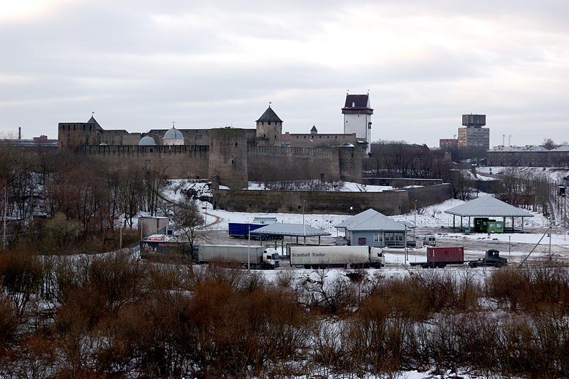 Вид на Ивангородскую крепость и Нарву с Горки