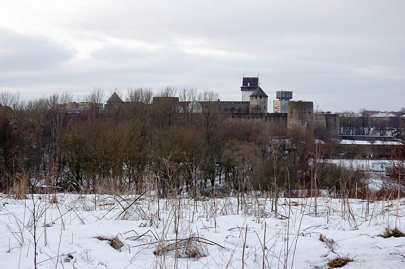 Вид с Горки на Ивангородскую крепость и Нарву