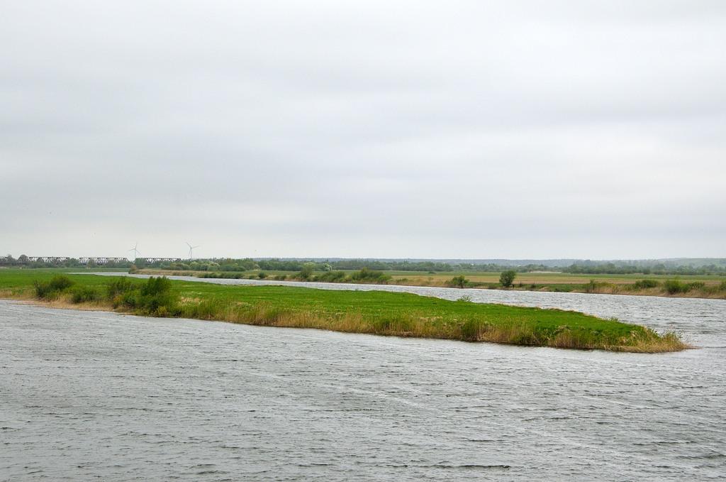 На подъезде к Панемуне мост через один из рукавов Немана. Вдали виден ж/д мост