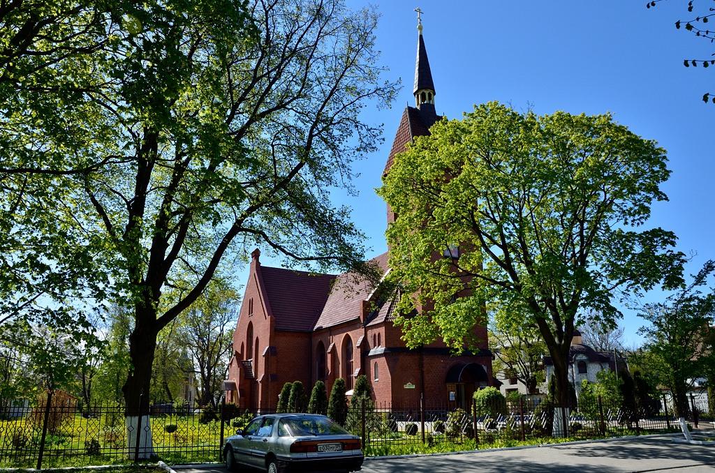 Церковь непонятной конфессии. Вроде как теперь православная