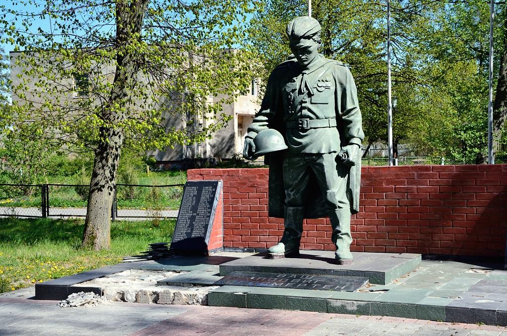 Памятник Тириону Ланнистеру :)