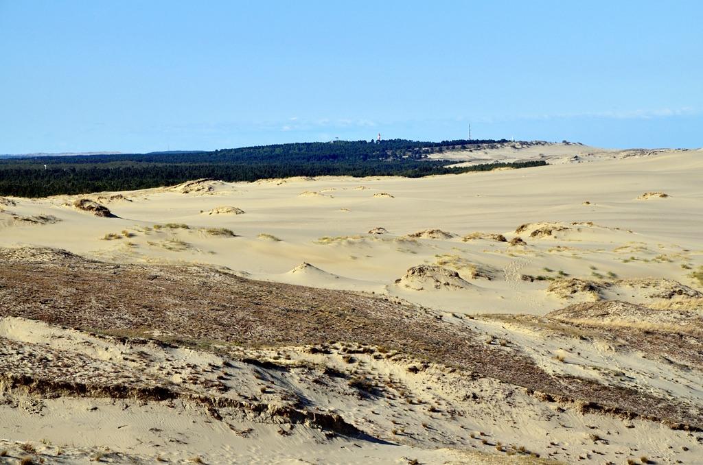 Там вдалеке за песками уже видны маяк и солнечные часы в Ниде