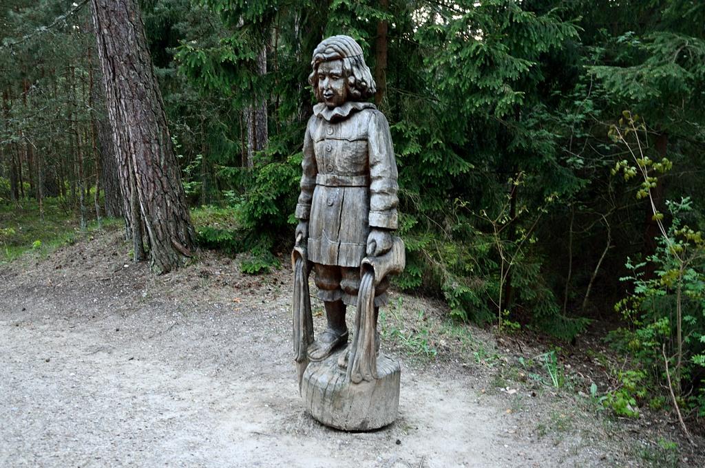По лесу идет тропинка, на которой встречаются такие вот инфернальные девочки