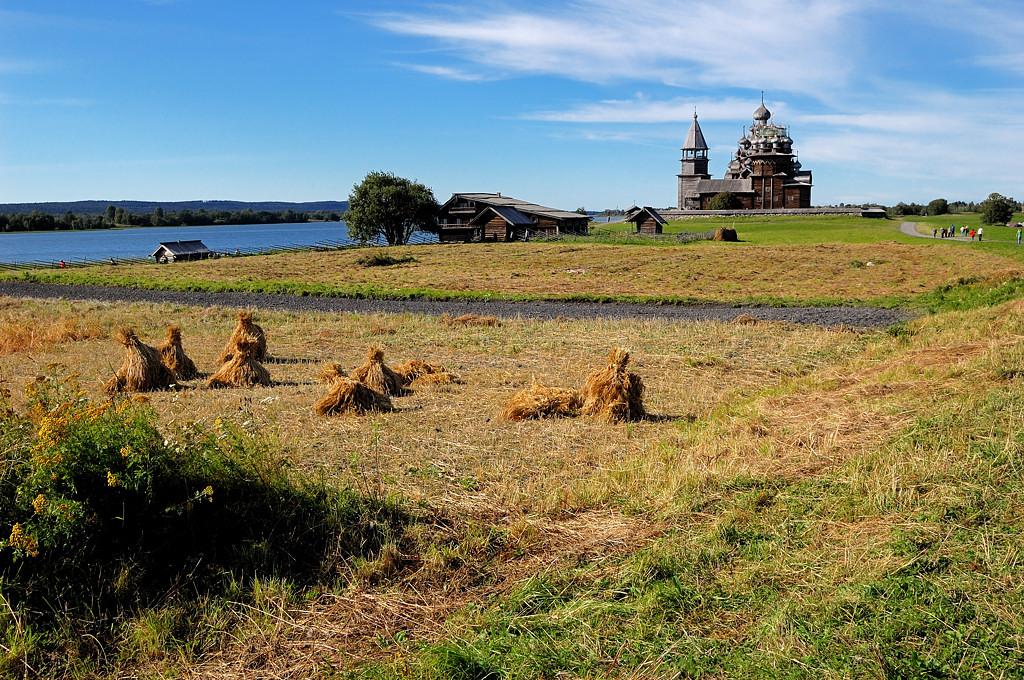 Вид на Кижский погост и дом крестьянина Ошевнева