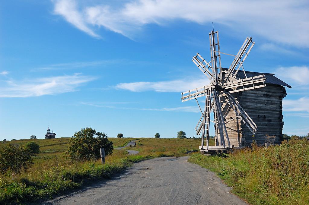 Еще одна ветряная мельница. Слева видна часовня Спаса Нерукотворного
