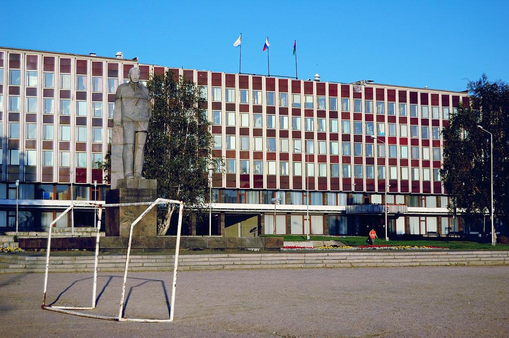 Правительство Республики Карелия. Перед ним установлен памятник Отто Куусинену, дважды почти президенту Финляндии, в 1918-м и 1939-м