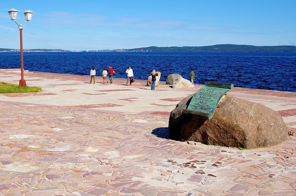 Памятный камень в честь 50-летия освобождения Петрозаводска