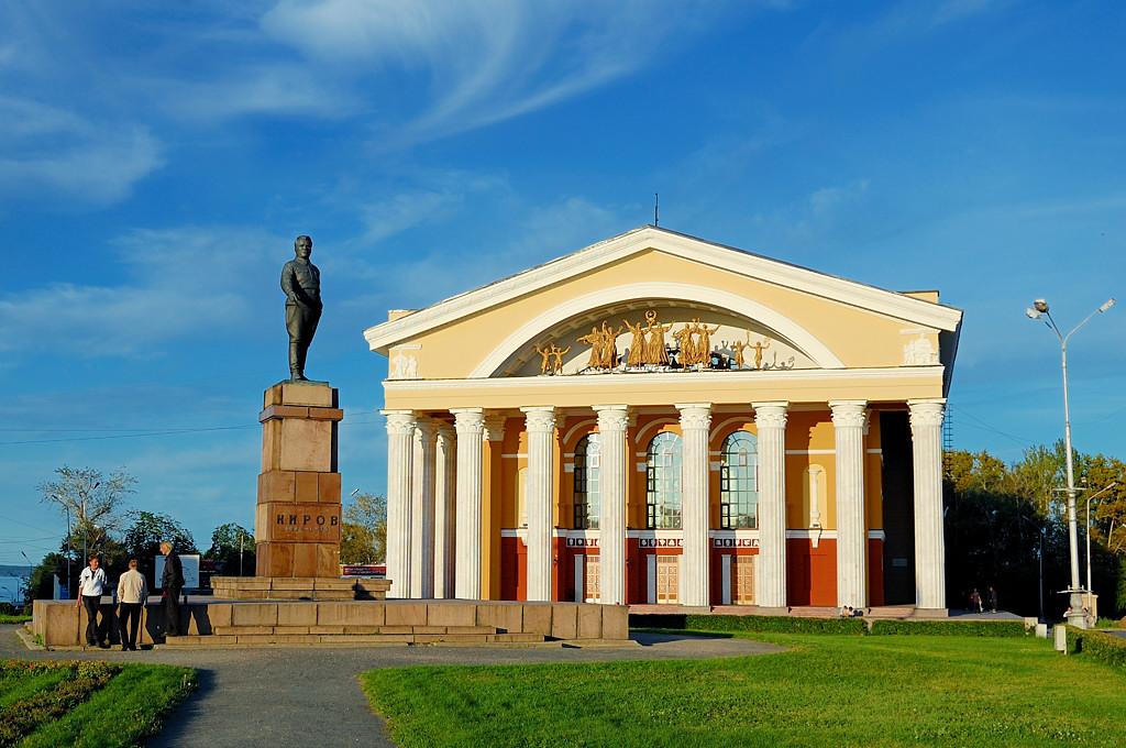 Памятник Кирову на площади перед Музыкальным театром и Русским театром драмы (это все один человек ;))