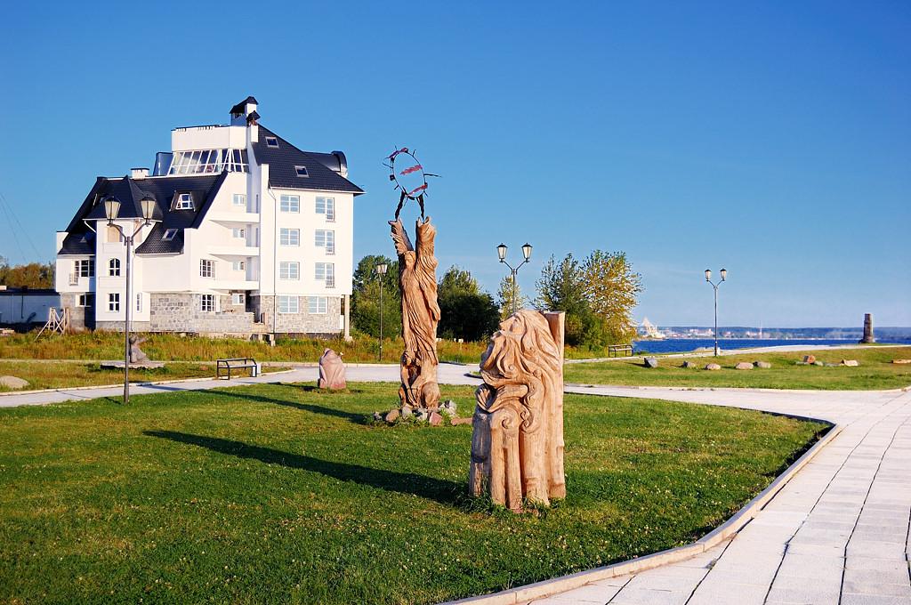 Безымянные скульптуры на набережной Онежского озера