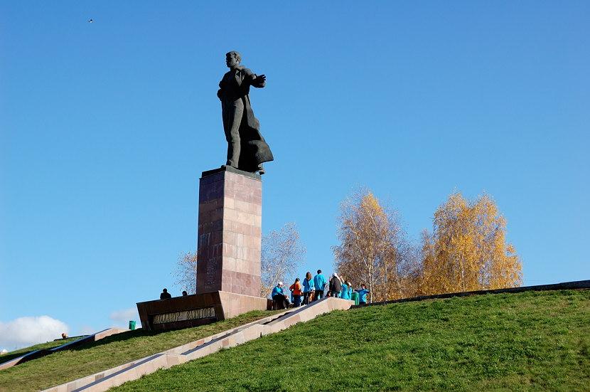Памятник какому-то Муллануру Вахитову на площади Тукая