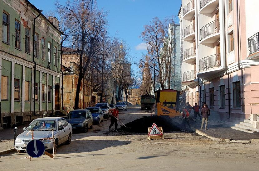 На улицах города. Вдали виден Петропавловский собор