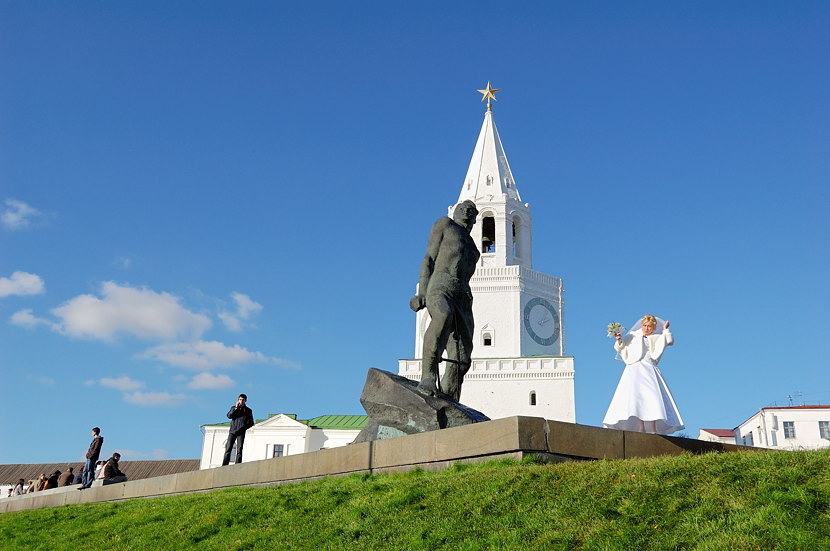 Памятник Мусе Джалилю у входа в Кремль