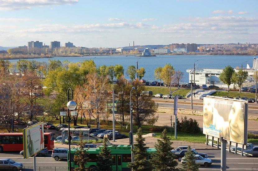 Вид от Кремля на набережную Казанки. Вдали на острове виднеется памятник воинам, погибшим при взятии Казани в 1552 году