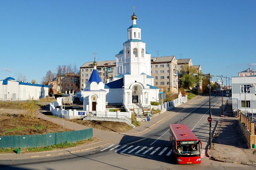 Храм Святой мученицы Параскевы Пятницы через дорогу от Кремля