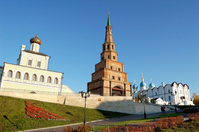 Башня Сююмбике, слева - Дворцовая церковь Сошествия Святого Духа, справа - Благовещенский собор