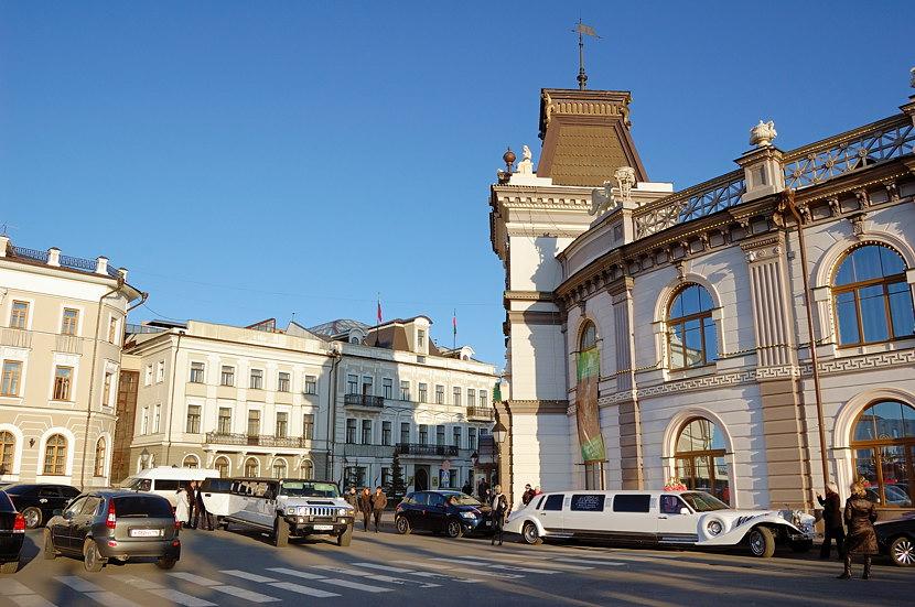 На площади у Кремля. Справа татарский национальный музей