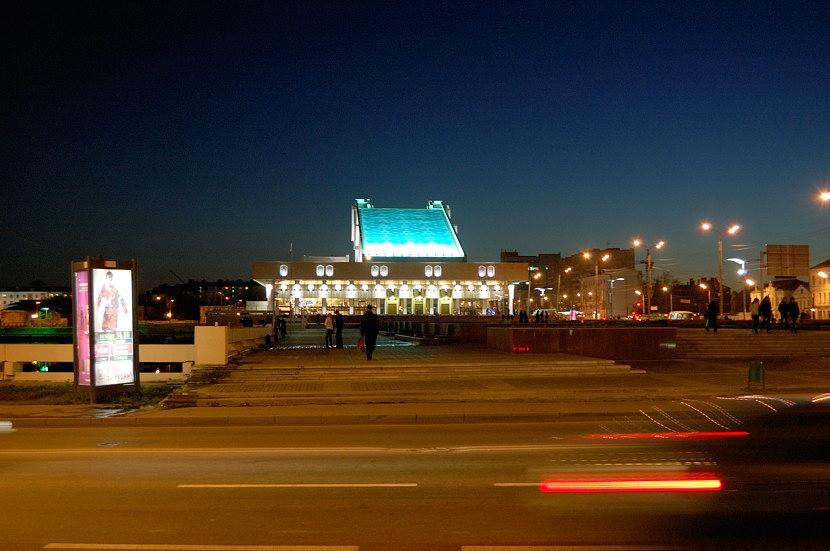 На берегу озера Нижний Кабан стоит здание театра имени Г.Камала, красиво подсвечиваемое голубым цветом