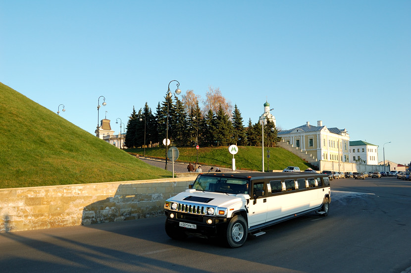 Свадебные лимузины у Кремля