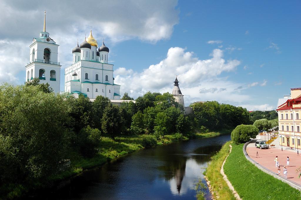 Набережная Псковы напротив Кремля. Троицкий собор и Средняя башня