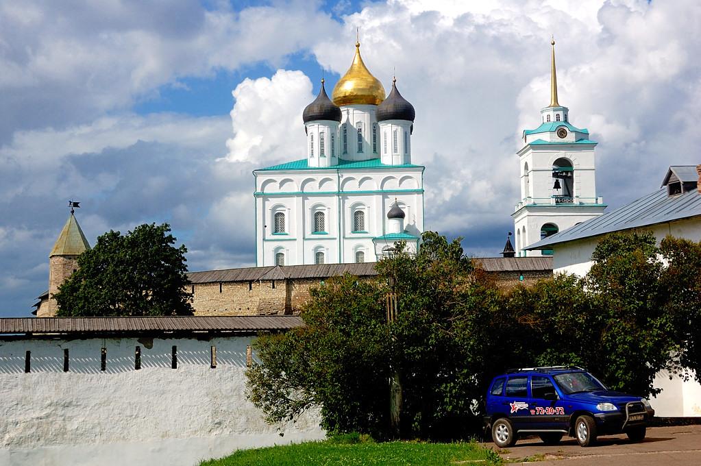 Псковский Кремль. Троицкий собор и Довмонтова башня (слева)