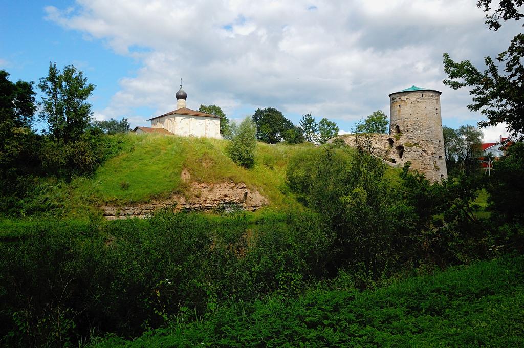 Река Пскова. Гремячая башня и церковь Козьмы и Дамиана с Гремячей Горы