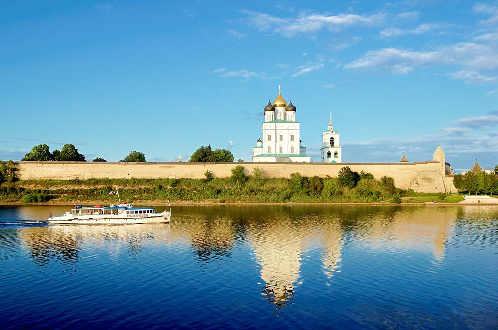 На берегу реки Великой. Вид на Кремль