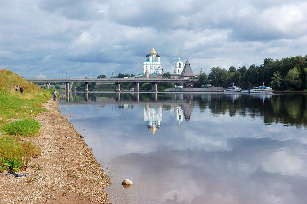 На Ольгинской набережной. Вид на Ольгинский мост и Кремль