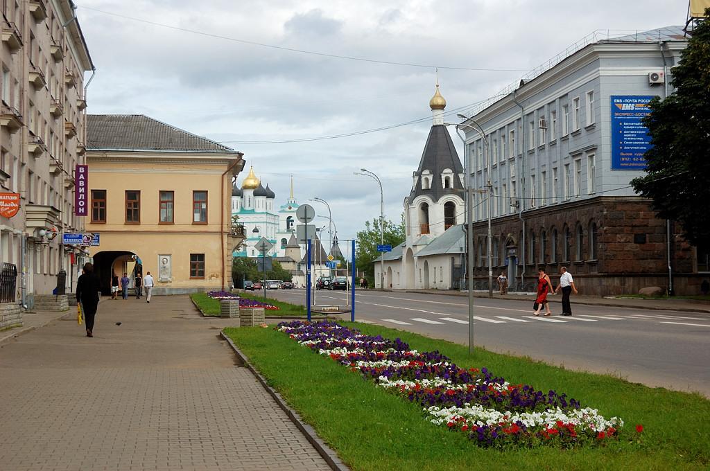 Октябрьский проспект выходит на площадь Ленина. Справа церковь Михаила и Гавриила Архангелов с Городца