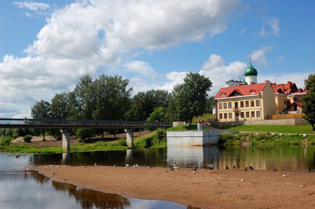 Пешеходный мост через реку Пскову и гостиница для богатеньких Heliopark Old Estate
