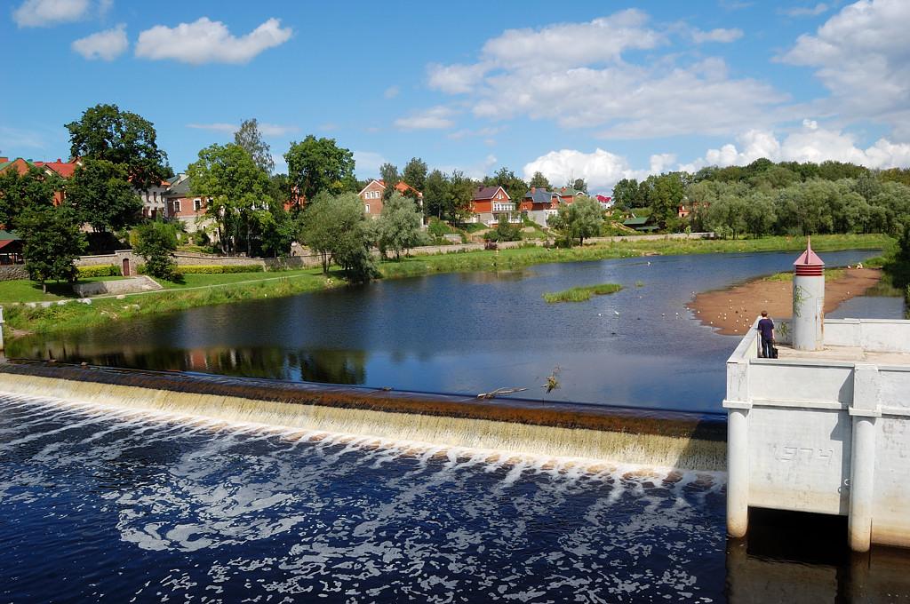 Плотина на реке Пскове