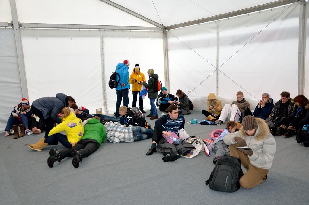 Рядом со стадионом для зрителей оборудована палатка, где можно согреться и полежать