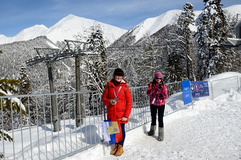 Народ фотографируется на фоне гор