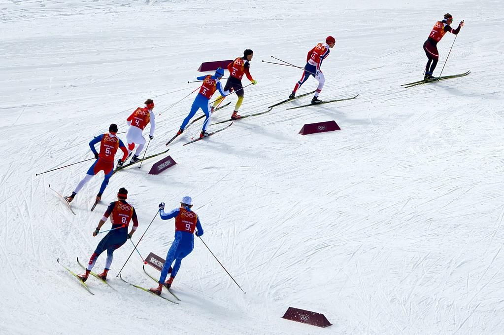 Последний поворот перед финишем на лыжном стадионе