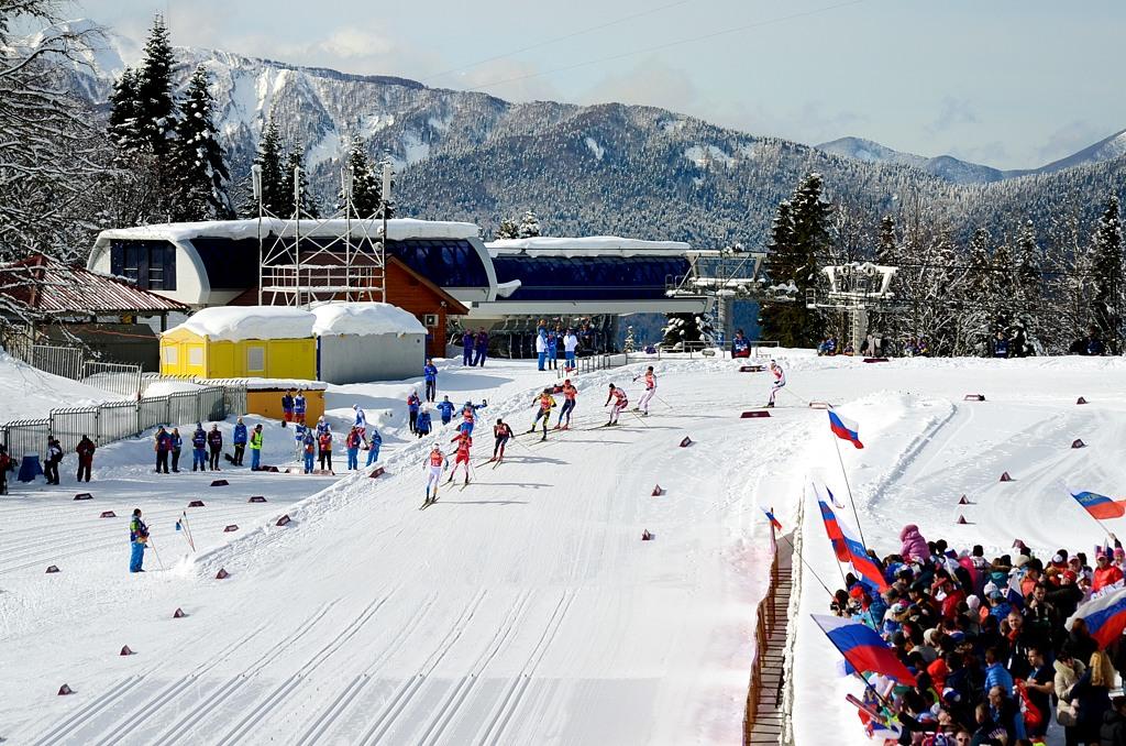 Лыжники спускаются к лыжному стадиону