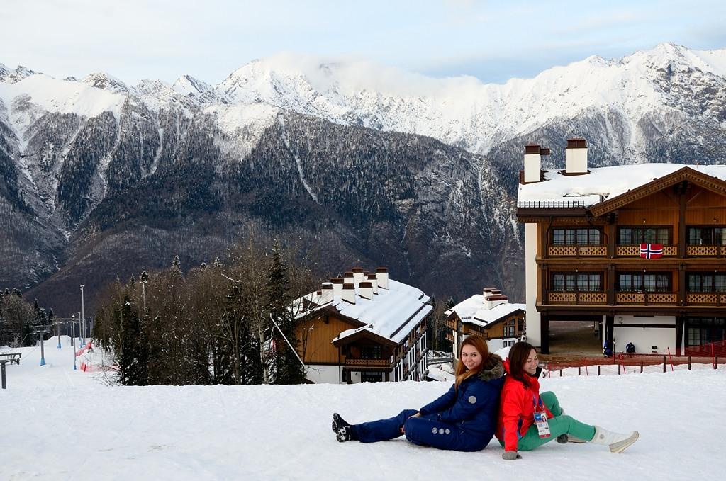 Лаура. Зрители фотографируются на фоне горной олимпийской деревни