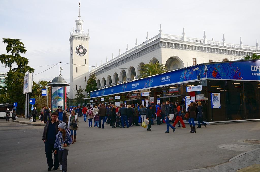 Цетральный вокзал Сочи. Перед посадкой в поезд здесь проверяют вещи, больше никаких проверок не будет, очень удобно