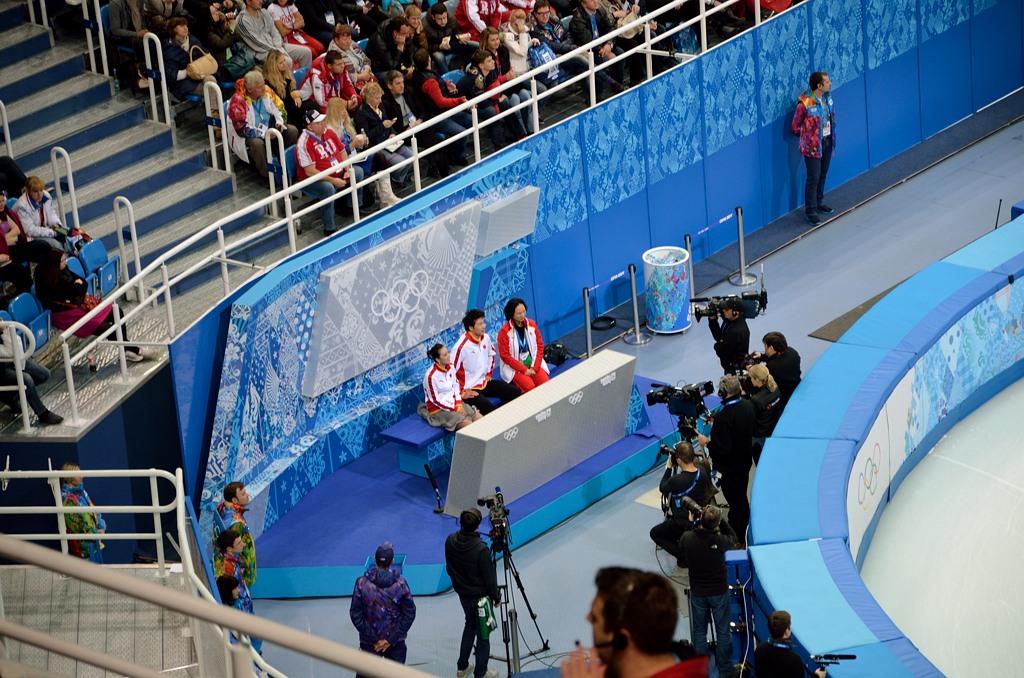 Это та самая скамейка, где выступившие фигуристы ждут оценок. По ТВ она выглядит иначе :)