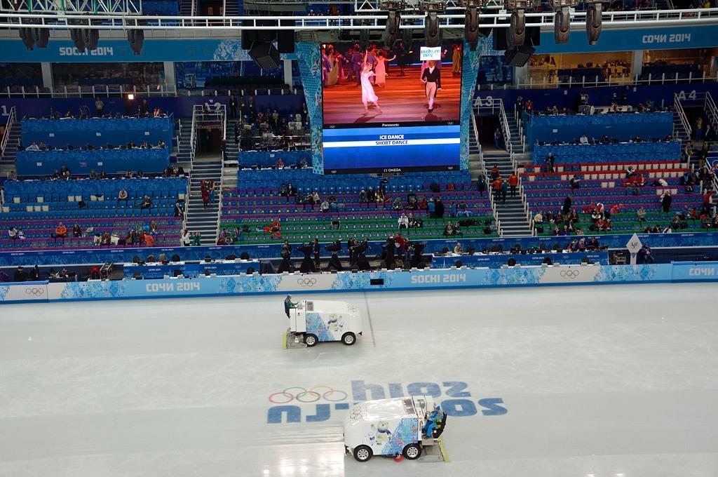 В перерывах между выступлениями специальные машины заново заливают лед