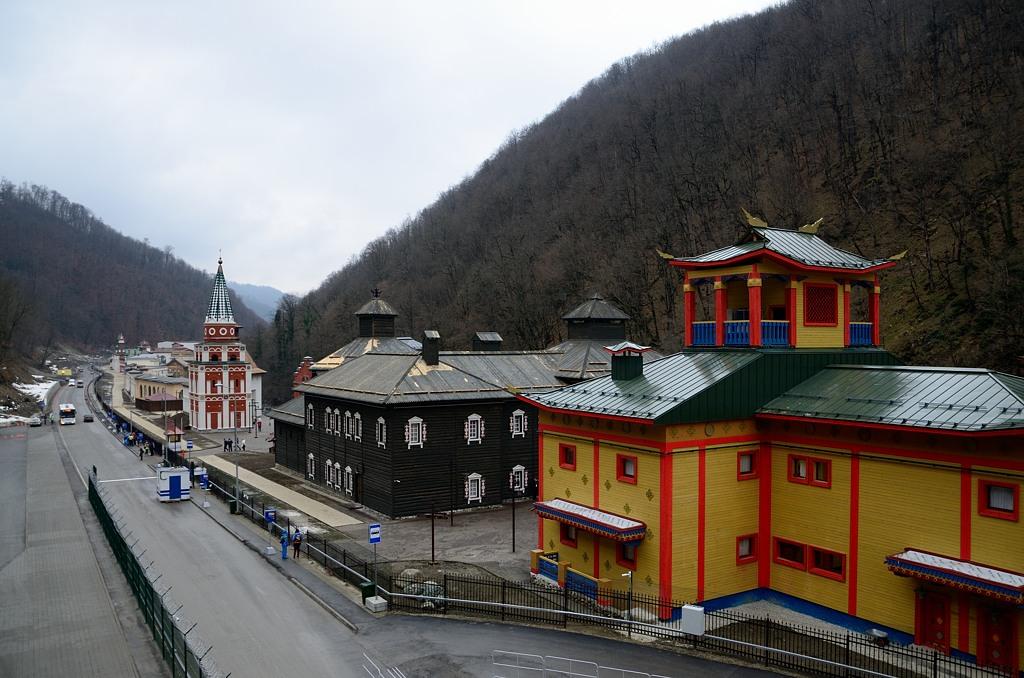 От вокзала в Красной Поляне автобусы везут в сторону горнолыжного центра.