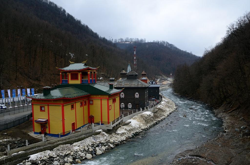 По дороге можно увидеть построенный для туристов этнографический поселок