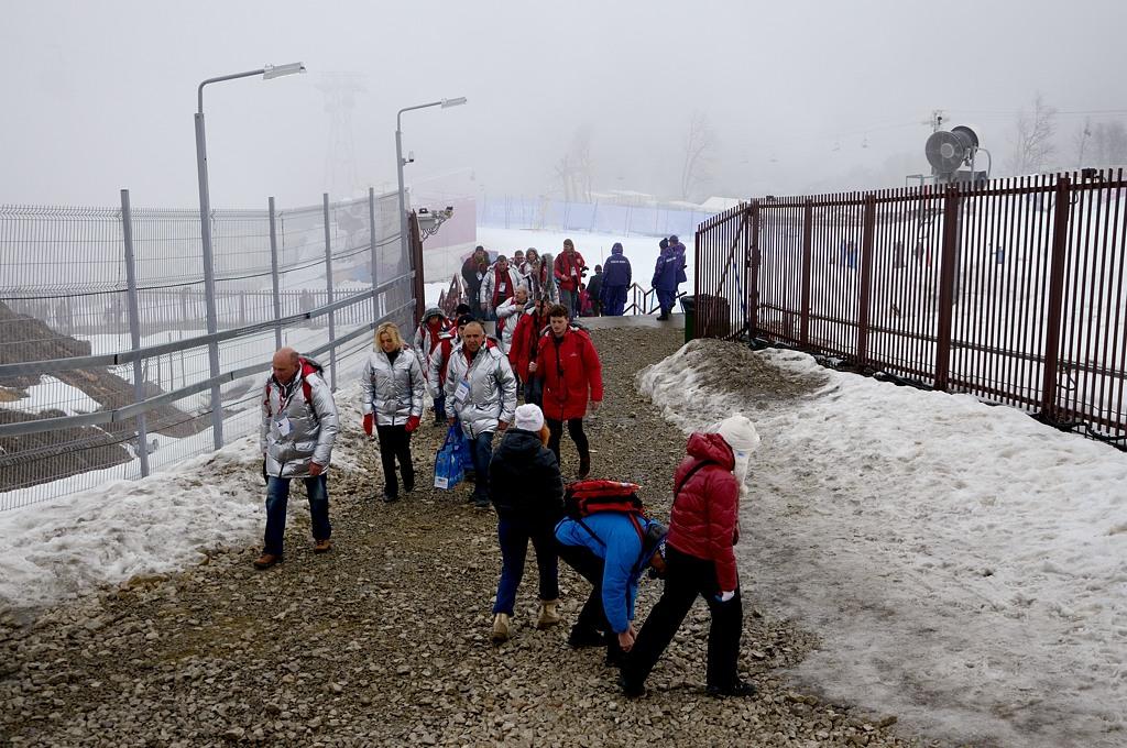 """Соревнования по сноуборду проходят в Экстрим-парке """"Роза Хутор"""". Как видим, дорожки здесь сделать не успели, видимо, расчитывали, что все будет завалено снегом. А в итоге приходится идти по крупному щебню"""