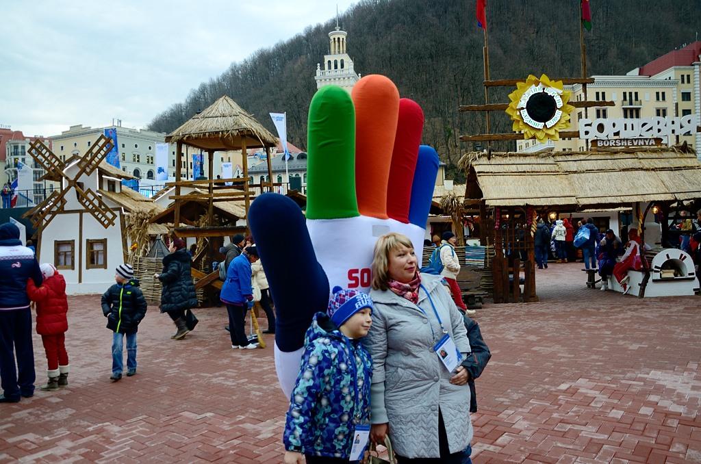 """С """"олимпийской перчаткой"""" тоже все фотографируются. На заднем плане - """"Борщевня"""" :)"""