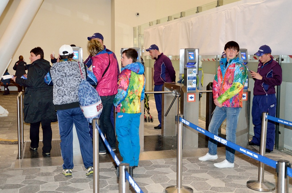 Вход на территорию олимпийских объектов происходит так, сначала прикладываешь к сканеру паспорт болельщика, потом сам билет