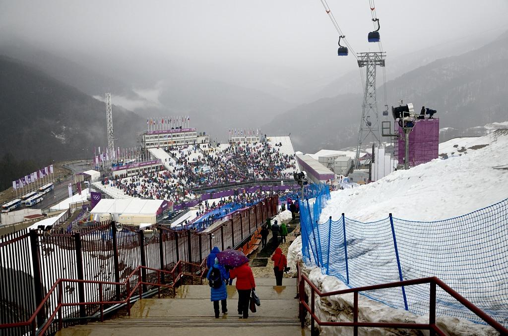 Вчера соревнования здесь отменили из-за низкой облачности. Сегодня погода тоже не очень, но соревнования идут