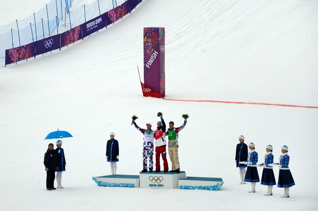 Цветочная церемония победителей в сноуборд-кроссе