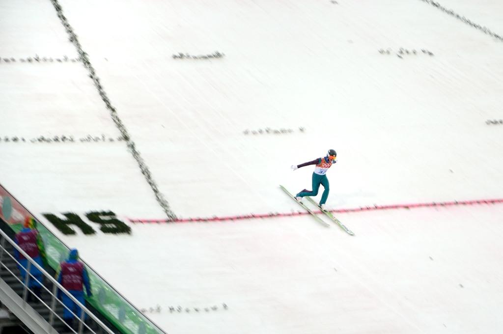 Прыгун с трамплина приземляется
