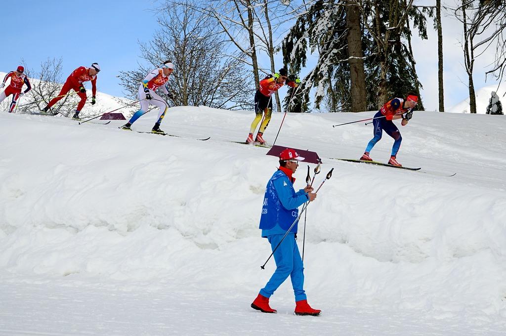 Лыжники проносятся на огромной скорости. Впереди под номером 13/1 - Максим Вылегжанин