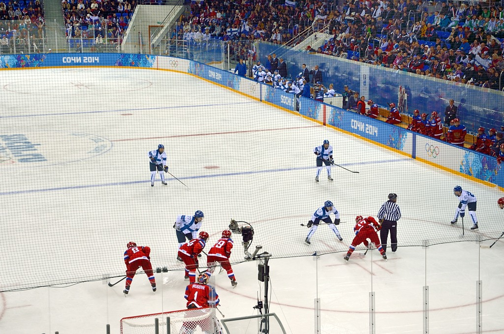 Не специалист в хоккее, но мне показалось, что у женщин пасы совсем не получались, мазали и теряли шайбу постоянно
