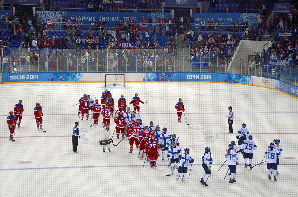 Матч закончен, хоккеистки жмут друг другу руки