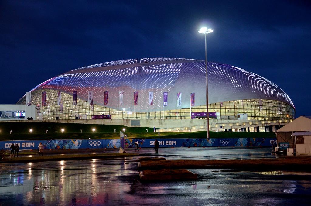 """А это ледовый дворец """"Большой"""". Лампочки на его крыше наглядно показывают итог матча Россия-Норвегия - 4:0"""